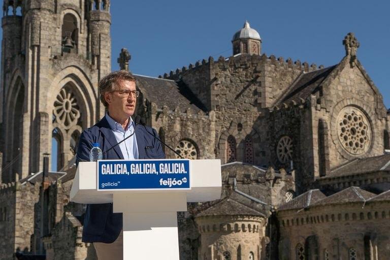 El presidente gallego y candidato del PP, Alberto Núñez Feijóo, participa en un mitin en O Carballiño (Ourense), el pasado viernes.