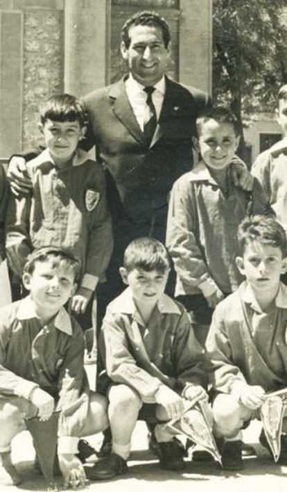 El futbolista Paco Gento posa su mano derecha sobre Rubalcaba, de niño. Abajo, el primero por la izquierda es Jaime Lissavetzky.