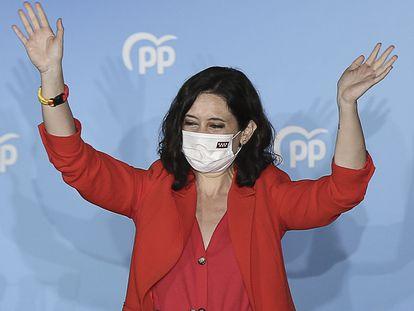 Isabel Díaz Ayuso saluda desde el balcón de la sede del PP para celebrar los primeros sondeos durante la jornada electoral del 4 de mayo.