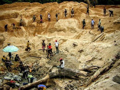 Mina de diamantes en Kono, Sierra Leona, donde operó Michel Desaedeleer. Foto Chema Caballero.