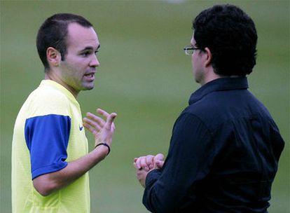 Andrés Iniesta habla con el doctor Ricard Pruna durante el entrenamiento de ayer.