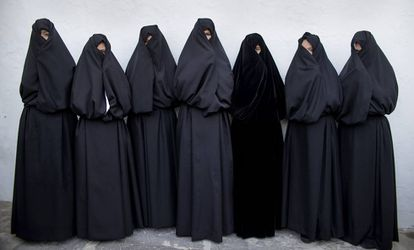 Un grupo de mujeres ataviadas con mantos de cobijada en una calle de Vejer (Cádiz).