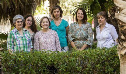 Las monjas adoratrices Aurelia Cuesta (primera por la izquierda) y María José Palominio (tercera), acompañadas de empleadas de la casa de acogida: Sonia Pérez (educadora, primera en segunda fila), Elena Guerra (trabajadora social, de azul), Dolores Martínez y Librada Luiz.