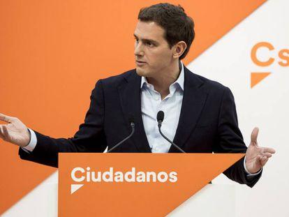 En foto, Albert Rivera, durante la rueda de prensa en la sede de Ciudadanos en Madrid. En vídeo, Rivera convoca una nueva protesta contra Sánchez en Barcelona