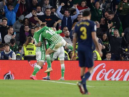 Los jugadores del Betis celebran el gol de Tello, este domingo en Sevilla.