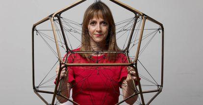 Elisa Hernando posa con una escultura del artista argentino Tomás Saraceno en Madrid.