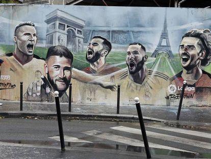 Un mural del artista callejero Ernesto Novo con algunos jugadores franceses de LaLiga en París. De izquierda a derecha, Kevin Gameiro, Nabil Fekir, Maxime Gonalons, Karim Benzema y Antoine Griezmann.