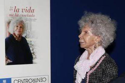 """La duquesa de Alba, Cayetana Stuart y Silva, junto a la portada de su nuevo libro, titulado """"Lo que la vida me ha enseñado"""", que ha presentado hoy en Madrid."""