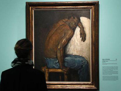 Una visitante observa el cuadro 'El negro Escipión', de Paul Cézanne, en la exposición 'Monet coleccionista', en el Museo Marmottan.