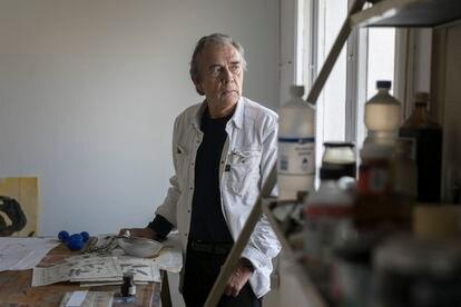 El artista Joan-Pere Viladecans, en su estudio de Barcelona.