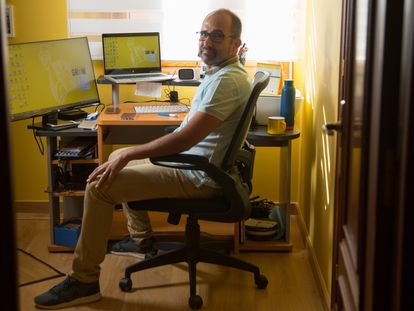 Jesús González, empleado de Liberty Seguros, teletrabaja en su casa de Segovia, a la que se mudó desde Madrid.