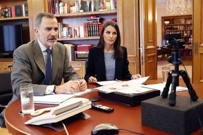 Los reyes de España, Felipe VI y Letizia, mantuvieron este martes una videoconferencia con los responsables del Puerto de Valencia, quiénes les transmitieron que están trabajando sin descanso para abastecer sin problemas a los ciudadanos.