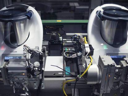 Proceso de montaje de un robot de cocina Thermomix en la fábrica de la empresa Vorwerk en Wuppertal, Alemania. Vorwerk comenzó su andadura en 1883 tejiendo alfombras.