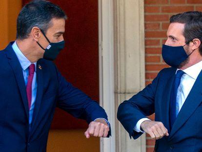 El presidente del Gobierno, Pedro Sánchez (a la izquierda), y el líder del PP, Pablo Casado, en La Moncloa en septiembre de 2020.