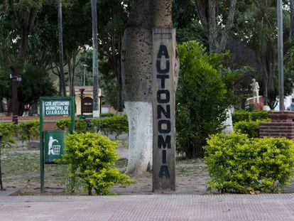 Un poste pintado anuncia la autonomía en la plaza central de Charagua.