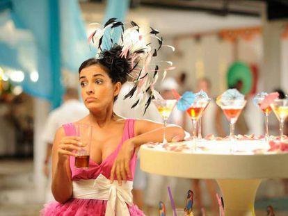 Inma Cuesta, vaso de tubo en mano, en 'Tres bodas de más'.