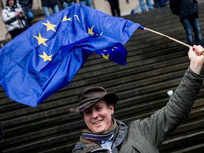 Un hombre sostiene una bandera de la UE durante una manifestación pro-europea en Berlín