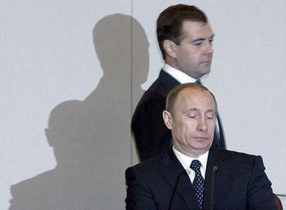 El presidente ruso, Dmitri Medvédev, pasa por detrás de Vladímir Putin tras el discurso de éste ante el Parlamento como nuevo primer ministro.