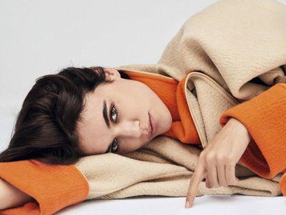 Adriana Ugarte posa para ICON con un abrigo de doble faz de Hermès.