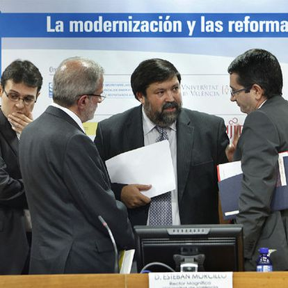 El ministro Francisco Caamaño, entre Rafael Lafuente, Esteban Morcillo y Salvador Montesinos.