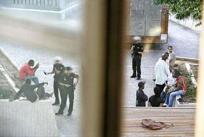 Agentes de policía identifican a extranjeros en la plaza de Tirso de Molina.