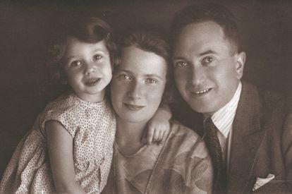 Dita Kraus, por entonces Dita Polach, con sus padres Liesl y Hans, en 1932.
