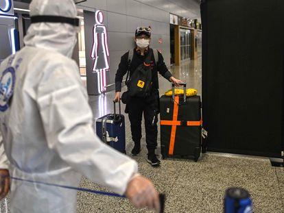 Un viajero llega al aeropuerto de Pudong en Shanghái.
