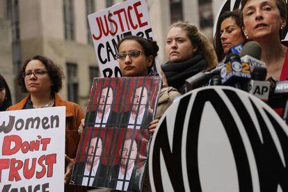 Miembros de la Organización Nacional para las Mujeres se manifiestan frente a la Corte Criminal de Manhattan.