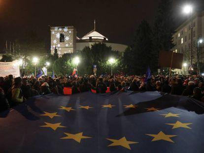 Manifestantes contra el nuevo proyecto de ley, este miércoles, en las inmediaciones del Parlamento en Varsovia.