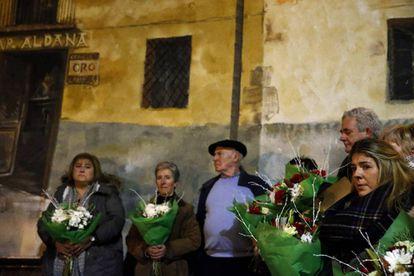 Familiares de los asesinados en el atentado contra el bar Aldana, en Alonsotegi, durante la ofrenda floral celebrada este lunes.
