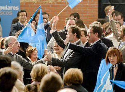 Rajoy, Basagoti, Alonso (detrás) y Oyarzábal saludan a los asistentes al mitin a su llegada al Polideportivo de Sansomendi.