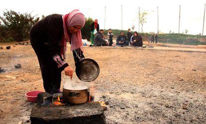 Refugiados sirios a las afueras del Centro Temporal de Inmigrantes de Melilla.