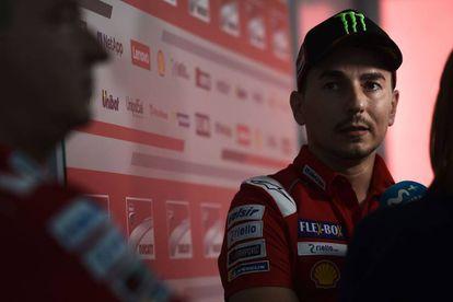 Jorge Lorenzo atiende a la prensa en el circuito de Buriram.