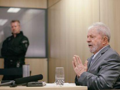 """El expresidente brasileño afirma en su primera entrevista desde la cárcel que el país está gobernado por """"una pandilla de locos"""" y que está decidido a probar su inocencia"""