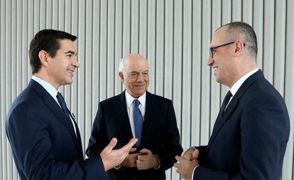 Carlos Torres Vila (I), nombrado presidente ejecutivo, en sustitución de Francisco González (c), y Onur Genç (d), el nuevo consejero delegado.