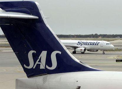 Aviones de las compañías SAS y Spanair, en el aeropuerto de El Prat, en Barcelona.