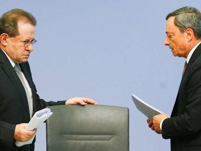El vicepresidente del BCE, Vítor Constâncio, y el presidente, Mario Draghi, en Fráncfort (Alemania) el pasado 20 de julio.