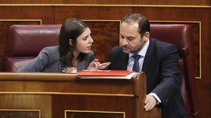 Irene Montero (Podemos) con José Luis Ábalos, portavoz del PSOE.