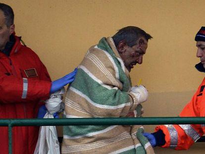 Uno de los rescatados del ferri incendiado a su llegada al puerto italiano de Bari.