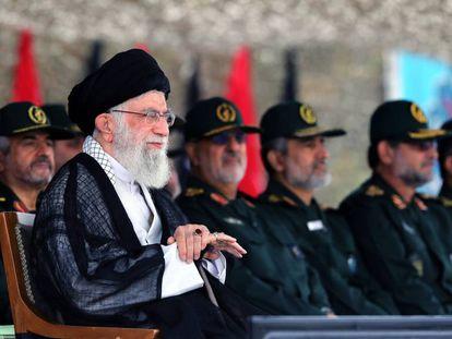 El guía supremo de Irán, el ayatolá Ali Jameneí, junto a oficiales de la Guardia Revolucionaria, durante una ceremonia el año pasado.