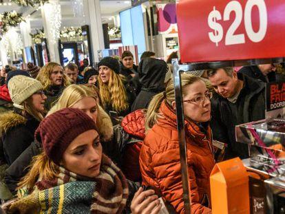 Turistas de compras en el establecimiento de Macy´s en Nueva York