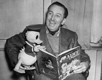 Disney, en 1951 leyendo 'Alicia en el País de las Maravillas' en compañía del pato Donald.