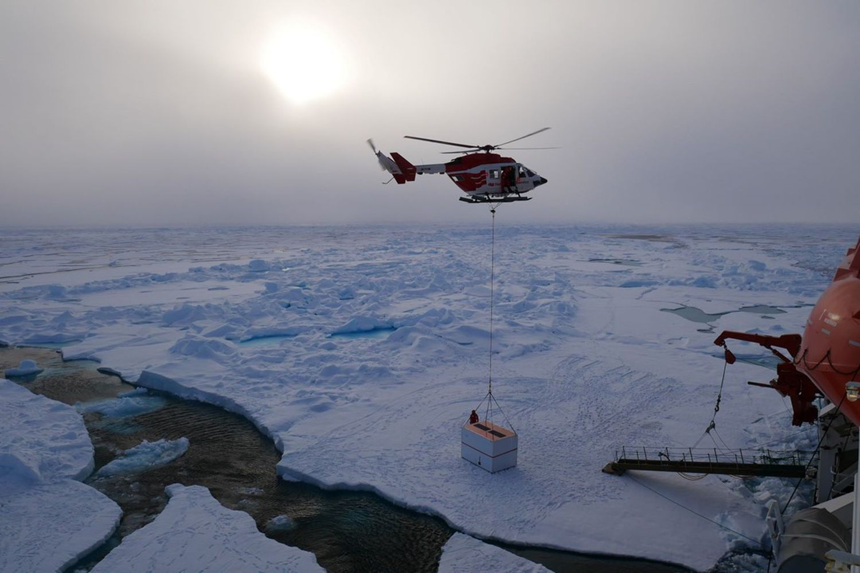 Un helicóptero recoge el instrumental del campamento de la expedición MOSAIC.