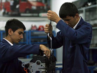 Jóvenes estudiasen de un programa de formación profesional