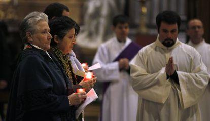 Marie Collins (izquierda) en la Iglesia de San Ignacio (Roma), el 7 de febrero de 2012.
