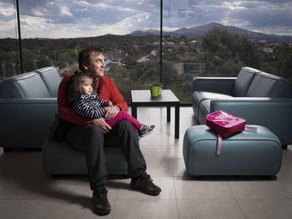 Jesús Fuente, de 46 años y su hija Irene, de 3, vecinos de Venturada, un pueblo de 2.032 habitantes que ha multiplicado por cuatro su población en 20 años.