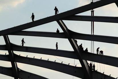 Varios hombres trabajan en las obras del estadio Arena Amazônia en Manaos, la capital del Estado brasileño de Amazonas.