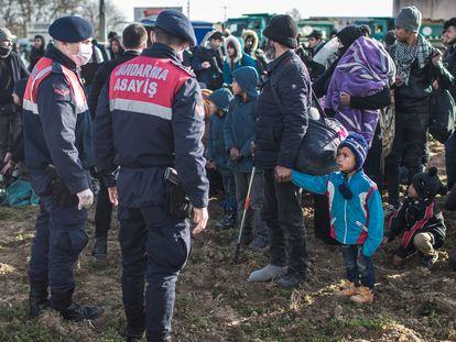 Policías turcos vigilan a los refugiados en el punto fronterizo de Pazarkule, este martes.