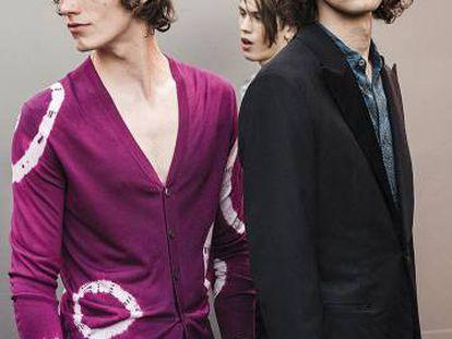 Se puede vestir con ropa 'tie-dye' de inspiración 'hippie' y se puede llevar una rebeca 'tie-dye' en punto de seda como esta de la colección de Hermès de este verano, y que desfiló en Los Ángeles el pasado marzo. No es lo mismo.
