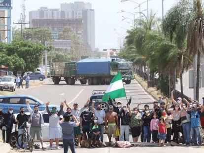 Un grupo de vecinos bloquea una de las principales avenidas en Santa Cruz, Bolivia, el pasado 30 de octubre.